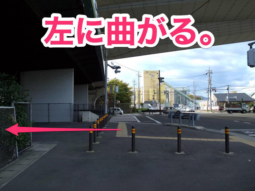 阪神高速下、油小路通と交差する横断歩道