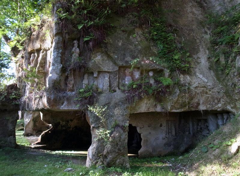 岩に彫られた仏像