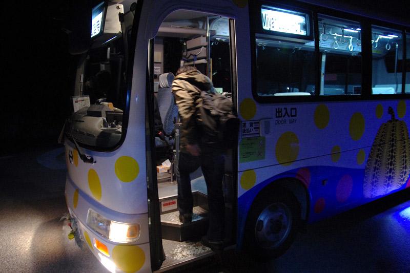 つつじ荘から宮浦港へバスで移動