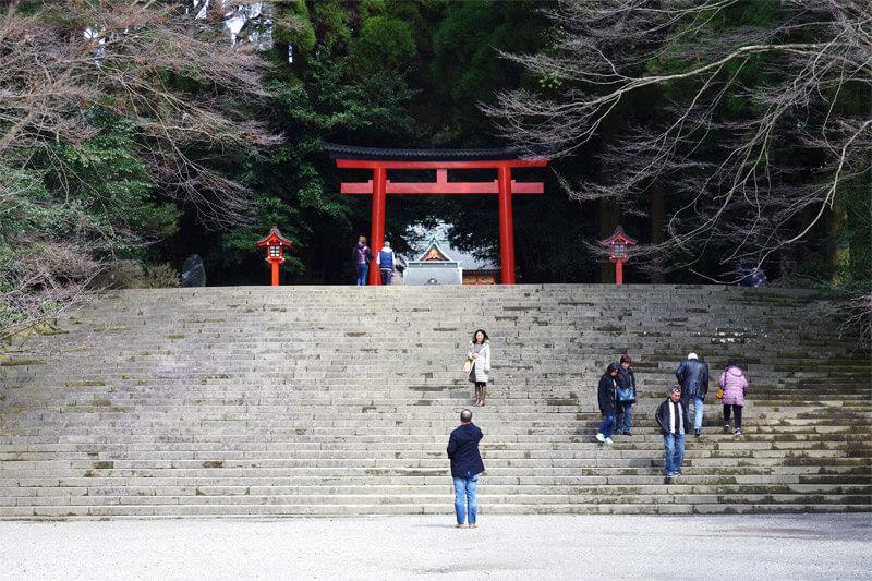 霧島神宮_三の鳥居に続く階段