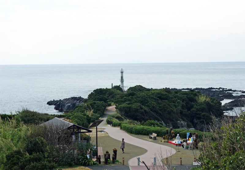 竜宮神社から見る長崎鼻灯台