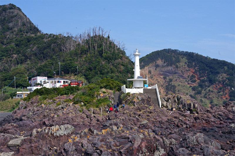 長崎鼻_岩礁側から見た灯台