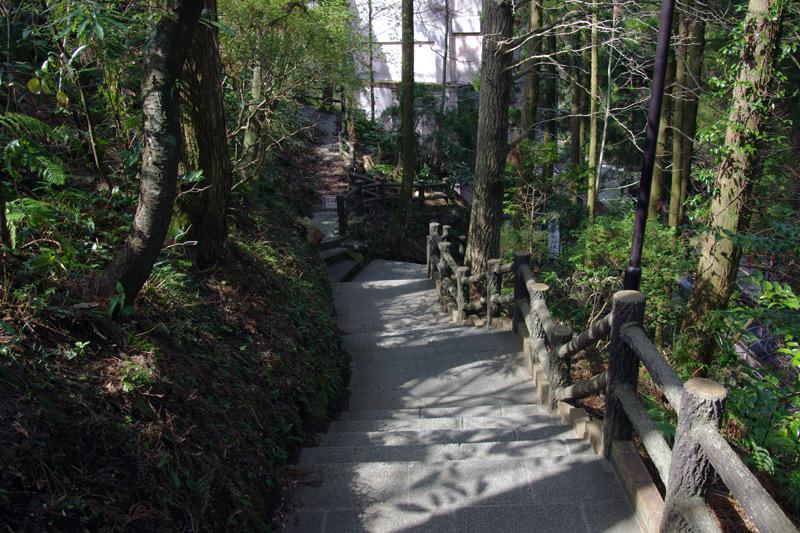 唐船峡_入り口の道を下っていく