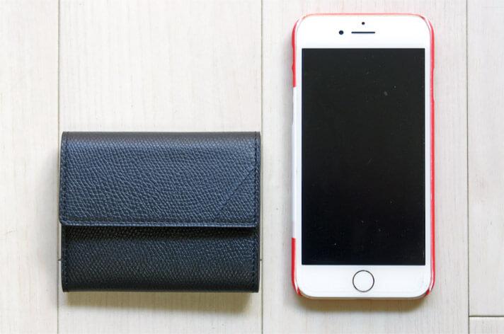 カミーユフォルネのコインケースのサイズをiPhone7で比較