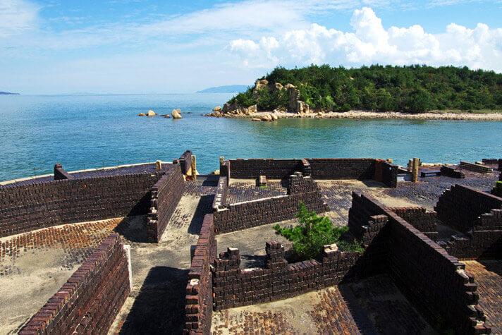 犬島精錬所美術館-カラミ煉瓦造りの擁壁と瀬戸内海の島々