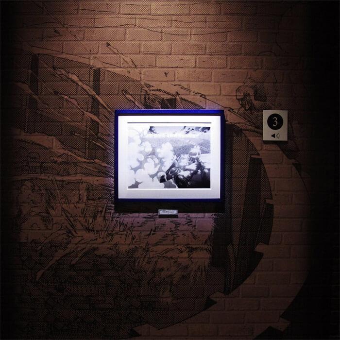 『進撃の巨人展FINAL』を写真で振り返り in 大阪・ひらかたパーク|原画の世界1「壁の世界」|壁に手をかけシガンシナ区を見下ろす「超大型巨人」