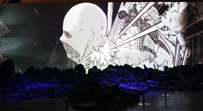 『進撃の巨人展FINAL』を写真で振り返り in 大阪・ひらかたパーク|1分の1ジオラマシアター「巨人大戦」|戦鎚の巨人に雷槍を打ち込むミカサ