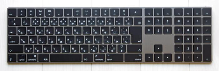 スペースグレイのマジックキーボード(テンキー付き)