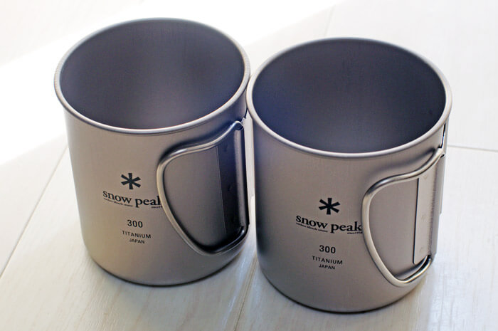 【おすすめのアウトドアグッズ(キャンプ用品)】スノーピークのチタンシングルマグ 300が2個並んでいる写真