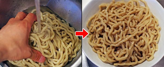 麺屋 極鶏のつけ麺の麺を冷水で洗い麺をシメる、その後、皿に盛り付ける