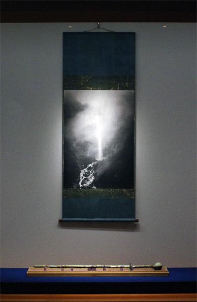 飄々表具 杉本博司の表具表現世界|「華厳滝図」2005年