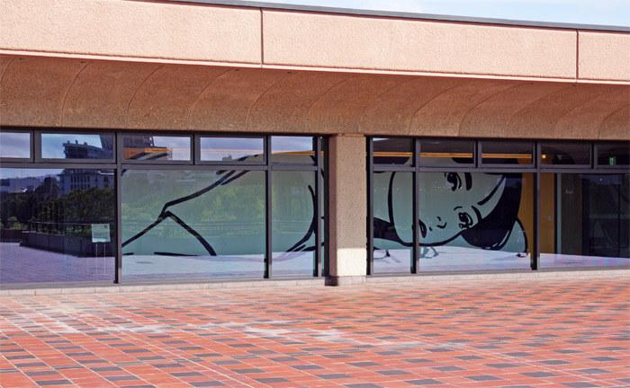 福岡市美術館の館外から見た KYNE《Untitled》2020年