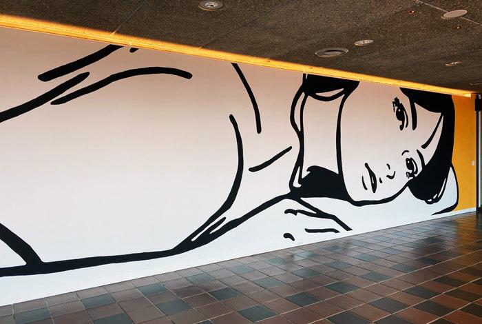 福岡市美術館の館内から見た KYNE《Untitled》2020年