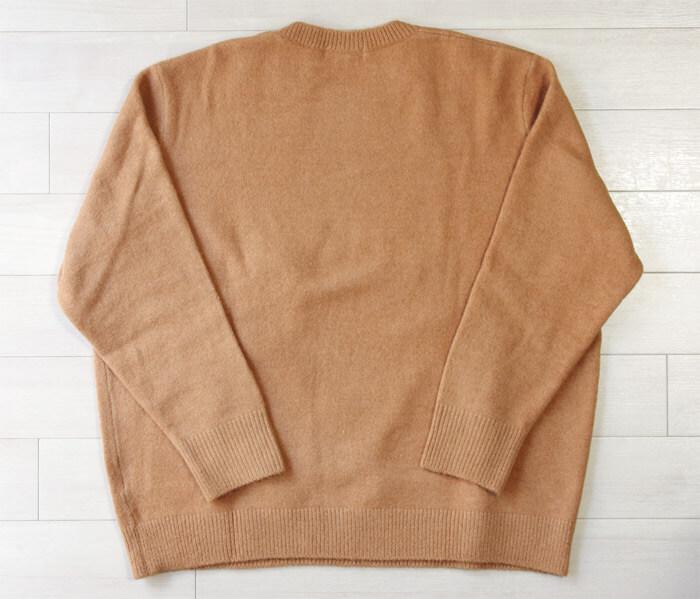 【ユニクロ×JWアンダーソン2020秋冬】ロエベのデザイナーが監修した上品なクルーネックセーター|背面の写真