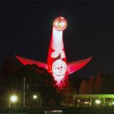 感染拡大を受け、赤色にライトアップされた太陽の塔