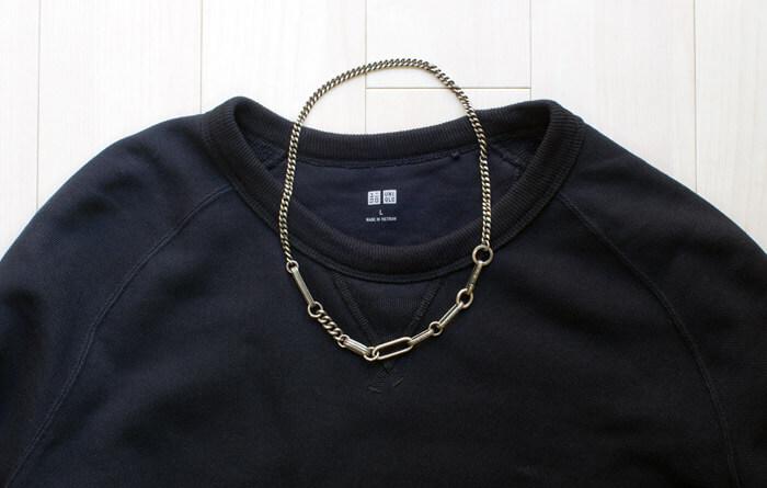 シンプルコーデのアクセントに!ワークスタットミュンヘン(WERKSTATT MUNCHEN)の骨太ネックレス|洋服と合わせた写真