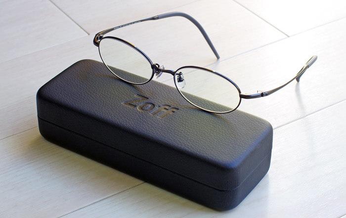 Zoffの新春福袋に入ってるメガネ券(1,500円割引)を利用し、チタンフレームのブルーライトカットメガネを購入|メガネケースとメガネの写真