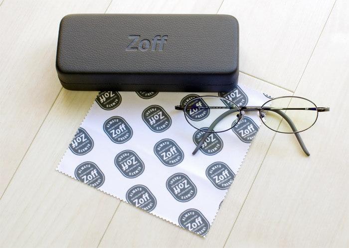 Zoffの新春福袋に入ってるメガネ券(1,500円割引)を利用し、チタンフレームのブルーライトカットメガネを購入|メガネケースとメガネ拭きとメガネの写真